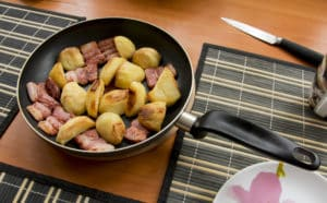 Bratkartoffeln mit Speck in Pfanne