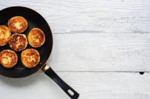 Pfannkuchen in Augenpfanne zubereiten