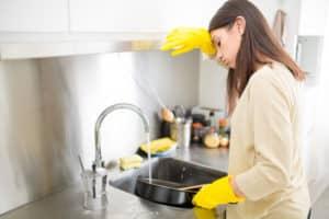 Frau wäscht Bratpfanne ab