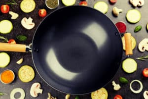 Schwarzer Wok mit Zutaten
