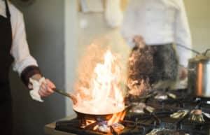 Koch mit brennender Pfanne