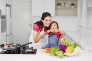 Frau und Kind bereiten Essen zu