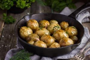 Kartoffeln in Eisenpfanne