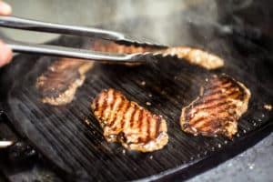 Fleisch in Grillpfanne