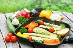 Beschichtete Grillpfanne mit Gemüse