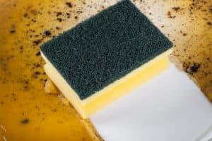Dreckige Keramikpfanne abwaschen