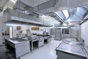 Kippbratpfanne in moderner Großküche
