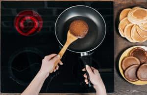 Pancakes braten in Pfanne