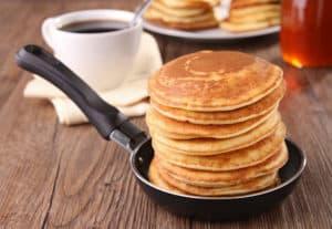 Frische Pancakes in Pfanne