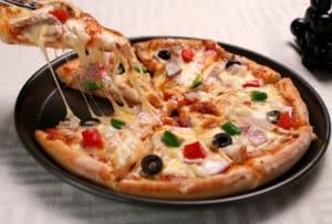 Schwarze Pizzapfanne mit Pizza