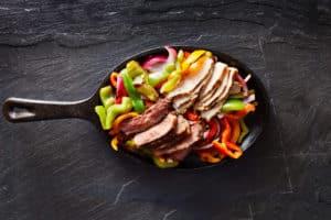 Essen in schmiedeeiserne Pfanne zubereiten