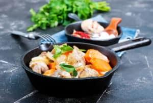 Fleisch und Gemüse in Bratpfanne