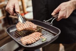Fleisch in Steakpfanne wenden
