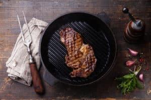 Schwarze Steakpfanne mit Fleisch