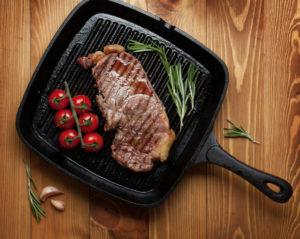 Steak und Tomaten in Grillpfanne
