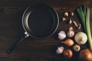 Zutaten für Gericht in Teflonpfanne